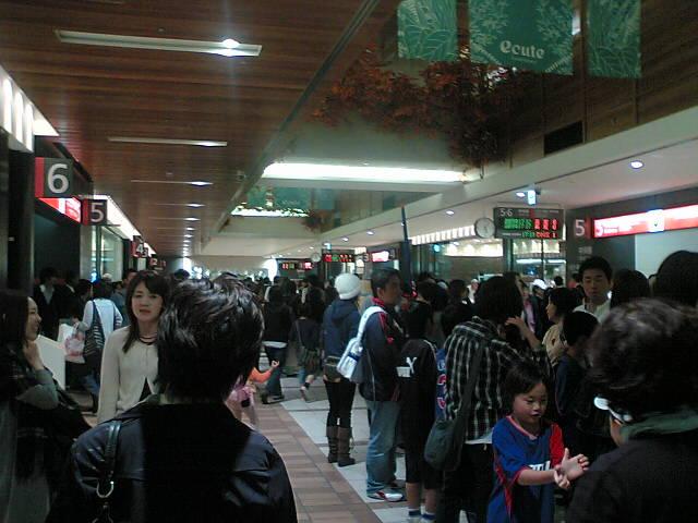 立川駅の変貌振りに一斉に戸惑う人々