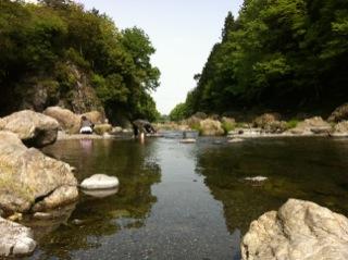 黒茶屋と秋山渓谷の川
